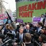 BREXIT OR NOT BREXIT ? A une semaine du référendum sur le Brexit, la campagne s'accélère. Mardi 15 juin, Nigel Farage, chef du UKIP, a mené une petite armada, sur la Tamise, pour promouvoir la sortie de l'Union Européenne. Il a ensuite multiplié les interviews, à Londres, ce mercredi, pour convaincre les Britanniques de voter contre le maintien du Royaume-Uni dans la communauté. D'après les derniers sondages, le camp du « leave » aurait une légère avance.