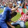 IRRUPTION. Après les violents affrontements en marge du match Angleterre-Russie ce samedi à Marseille, c'est au tour d'une autre confrontation jugée à haut-risque de faire parler d'elle. Dimanche après-midi, un supporter croate s'est invité sur la pelouse du Parc des Princes, à Paris, pour célébrer avec son équipe le but de Luka Modric face à la Turquie. Si les joueurs n'ont pas hésité à l'enlacer, le service de sécurité s'est quant à lui pressé d'intervenir, et l'a ramené en tribunes où il a pu assister à la fin de la rencontre et à la victoire de son équipe (1-0).