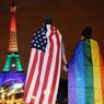 HOMMAGE. A la suite de l'attentat contre le club gay à Orlando, aux Etats-Unis, la France a rendu hommage aux victimes : des anonymes ont revêtu le drapeau du mouvement LGBT (lesbienne, gay, bisexuelle et transsexuelle) ; la Tour Eiffel, le 13 juin au soir, a illuminé Paris aux couleurs de l'arc-en-ciel.
