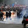 LA LOI DES CASSEURS. La mobilisation nationale contre le projet de loi Travail continue. Alors que les sénateurs examinent le texte jusqu'au 24 juin, les syndicats contestataires, emmenés par Philippe Martinez (CGT) et Jean-Claude Mailly (FO), défilent à Paris ce mardi. Peu après le début de la manifestation, plusieurs centaines de casseurs encagoulés ont détruit vitrines et magasins avant de prendre à partie des policiers déjà sous pression du fait de la menace djihadiste et des récents affrontements en marge de l'Euro-2016.