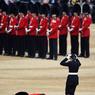 FACE CONTRE TERRE.En pleins préparatifs pour offrir le plus bel accueil à la reine d'Angleterre, Elisabeth II, lors de la cérémonie traditionnelle de Trooping the Colour (salut aux couleurs), organisée dans le cadre des festivités pour célébrer ses 90 ans, un membre de la garde royale s'est soudain écroulé, victime d'un malaise. Evacué sur une civière, il s'est réveillé dans un lit d'hôpital. Spectaculaire, à la fois drôle et tragique, ce genre d'incident n'est pas rare. C'est même la bête noire des organisateurs de parades militaires. Mais un soldat, même d'élite, reste un homme et souffre comme les autres de la chaleur et du stress. Et si l'on ajoute à cela l'immobilité, le poids de l'arme et la raideur du lourd uniforme, c'est vrai qu'il y a de quoi piquer du nez.
