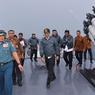 DISSUASION. Ce jeudi 23 juin, le président indonésien Joko Widodo visitait les îles de Natuna, situées en mer de Chine méridionale, à bord du navire de guerre Imam Bonjol. Le chef d'Etat veut imposer sa souveraineté face à la Chine, qui reconnait l'autorité de Jakarta sur l'archipel indonésien de Natuna mais qui estime avoir l'autorisation de pêcher dans cette zone. Des conflits ont déjà eu lieu qui contraignent le président indonésien à prendre des mesures radicales.