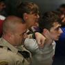 TENTATIVE D'ASSASSINAT. Un jeune britannique de 19 ans a été inculpé, ce lundi 20 juin, pour avoir tenté de tuer Donald Trump. Michael Sandford a essayé de se saisir de l'arme d'un policier présent au meeting du candidat républicain, qui se tenait à Las Vegas, samedi 19 juin. Il aurait affirmé, au cours de son audition par le tribunal fédéral du Nevada, qu'en cas d'échec de son plan, il avait prévu de tuer le milliardaire à un autre rassemblement, à Phoenix. Il sera jugé pour « acte de violence sur un terrain privé » et encourt plus de dix ans de prison et 250000 dollars d'amende.