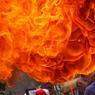 RENDEZ-VOUS. Le festival des chars Rath Yatra avait lieu en Inde, dimanche 26 juin. Comme chaque année, des chars peints et décorés transportent des divinités à travers les villes indiennes. On peut également y voir de grands défilés ou bien, comme ici, des cracheurs de feu. Depuis une trentaine d'années, ces festivités s'exportent dans les plus grandes villes du monde.