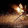 TRADITION. Par une nuit de juin au large de Taipei, on peut apercevoir, comme ici, des marins allumer le feu au bout d'un bambou. Aussitôt, des milliers de sardines sautent en-dehors de l'eau et se retrouvent dans les filets des pêcheurs. Cette technique traditionnelle était, auparavant, pratiquée par plus de 300 bateaux taiwanais. Aujourd'hui, ils ne sont plus que trois.