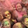 COLORÉ. Ce mercredi 29 juin, de nombreux touristes et locaux ont participé au festival « Roma Colours » organisé dans la capitale italienne. Inspiré par le Holi indien, fête hindou célébrant la victoire du bien contre le mal, les participants se peignent de différentes couleurs avant de jeter de la poudre de teinture dans l'air et sur les autres.