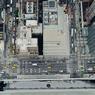 HAUTEUR DE VUE.Ces deux laveurs de carreaux ne regardent ni derrière eux ni en dessous, contrairement au photographe et aux privilégiés qui ne se lassent pas de bénéficier d'une vue aussi dominante sur New York. Car les immeubles de très grande hauteur (plus de 240 mètres) sont beaucoup plus rares dans cette ville qu'on ne l'imagine, et ce sont des bureaux qui les occupent pour l'essentiel. Seuls trois d'entre eux (sur 21) sont habités, et les New-Yorkais qui vivent à demeure au-dessus des nuages ne sont, pour l'instant, qu'une petite quarantaine. Un effectif qui devrait toutefois grossir bientôt, tant la demande est devenue forte : 11 nouveaux gratte-ciel, cette fois-ci tous résidentiels, ont été mis en construction pour livraison en 2020.