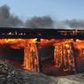 FEU LE PONT.Image d'apocalypse saisie le 22 juin dans un comté agricole du Colorado, au centre des Etats-Unis : les prairies ne sont plus que cendres et ce pont de chemin de fer ne va pas tarder à s'effondrer, entièrement consumé par les flammes. Un incendie spectaculaire, mais qui est pourtant loin d'être le plus inquiétant de tous ceux qui ravagent en ce moment le sud-ouest du pays, fragilisé par cinq années de sécheresse et par des températures extrêmes : 49 °C mercredi dernier à Phoenix, en Arizona! Au 21 juin, on recensait déjà 7790 km2 de forêts et broussailles carbonisées sur l'ensemble des Etats-Unis, et les incendies sont si vastes et violents que les Américains ont commencé à leur donner des noms, comme pour les cyclones.