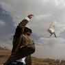 RÊVE DE PAIX. Ce mercredi 29 juin, un jeune garçon a lâché une colombe dans la ville de Sanaa, au Yemen. Ce geste s'inscrit dans une campagne réclamant que les négociations ayant lieu actuellement au Koweit, entre le gouvernement yéménite et les rebelles Houthis, aboutissent à un accord de paix. Cela fait presque deux ans que le pays connait une véritable guerre civile qui s'est internationalisée suite à l'entrée en guerre de nombreux pays comme l'Arabie Saoudite.