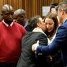 SENTENCE. Le champion olympique et paralympique Oscar Pistorius, console sa sœur après que le juge ait prononcé la sentence, qui le condamne à 6 ans de prison pour le meurtre de sa fiancée, Reeva Steenkamp. Une peine très clémente selon la famille de la victime, la peine minimale pour meurtre étant normalement de 15 ans de prison.