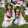SOLSTICE. Ces petites filles célèbrent la fête de l'Ivana Kupala, à Kiev. Cette fête, à l'origine païenne puis christianisée correspond à la St Jean. De grands feux sont allumés, pour éclairer danses, jeux et chants, qui ont pour but la purification de l'âme. Elle célèbre également le solstice d'été.