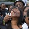 INDIGNATION. Sandra Sterling, la tante d'Alton Sterling, pleure son neveu durant la veillée funéraire. Ce dernier, un Noir de 37 ans, a été abattu par deux policiers lors de son arrestation, à Bâton Rouge, le 5 juillet. La mort de ce père de famille creuse encore un peu plus le fossé entre la police et la communauté noire aux Etats-Unis, alors que la vidéo de son arrestation fait le tour des réseaux sociaux.