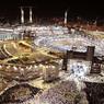 MECQUE PLUS ULTRA. Dans les lumières de La Mecque, au milieu des minarets et des innombrables chantiers qui, année après année, transforment la ville sainte d'Arabie saoudite, apparaît la Kaba. Lieu qui symbolise l'unité des musulmans venus prier dans la ville où, selon la tradition islamique, le prophète Mahomet est né à la fin du VIe siècle. Chaque année, des centaines de milliers de fidèles, venus de l'étranger et du royaume saoudien, affluent à La Mecque durant le ramadan, et plus particulièrement durant les dix derniers jours de ce mois de jeûne, pour y effectuer la omra, ou petit pèlerinage. Pour renforcer la sécurité, plus de 800 caméras de surveillance ont été installées autour de la Mosquée très sainte, le lieu le plus sacré de l'islam.