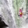 CASCADEUR! Dane Jackson, un des meilleurs kayakistes freestyle du monde, sponsorisé par Red Bull, le fabricant de boissons énergisantes qui s'investit chaque année davantage dans le milieu des sports extrêmes, est un habitué des défis en eaux vives les plus audacieux. « Je fais du kayak depuis plus de quinze ans et c'est ce que je veux faire jusqu'à la fin de ma vie », avait expliqué cet Américain, né en 1993, qui a déjà remporté trois fois le Whitewater Grand Prix. Cette fois, il s'est jeté, tête la première, dans la cascade Tomata 1 de la rivière Alseseca, près de Tlapacoyan, au Mexique. Spectaculaire et vertigineux, ce spot particulièrement dangereux est bien connu des pratiquants de cette discipline très technique. Amateurs non confirmés s'abstenir…