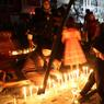MEURTRIS. Les Bagdadis allument des centaines de bougies à Karada ce dimanche 3 juillet, en hommage aux victimes de l'attentat qui a frappé, à l'aube, ce quartier très fréquenté de la capitale. Le dernier bilan communiqué fait état de plus de 250 morts et 200 blessés. Le groupe Etat islamique a revendiqué l'attentat, alors que ses territoires se réduisent peu à peu sous la pression de l'armée irakienne, soutenue par la coalition.