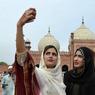 SELFIE. Deux pakistanaises se prennent en photo devant la mosquée Royale, à Lahore, après la prière de l'Aïd el Fitr, le jour marquant la fin du ramadan. Cette année le mois sacré des musulmans aura été tristement marqué pour plusieurs pays, durement touchés par les attentats perpétrés ses dernières semaines.
