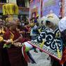 ANNIVERSAIRE. Pas de bougies, mais une procession dans les rues de Katmandu, au Népal, pour fêter le 81ème anniversaire du Dalai Lama. Les exilés tibétains, réfugiés au Népal mais aussi en Inde, honorent par ces danses traditionnelles leur 14ème Dalai Lama, intronisé il y a 66 ans.