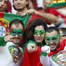 Les visiteurs portugais en version super-héros pour donner la réplique aux Français. Ils étaient environ 15.000 au stade.