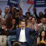 EN MEETING. Le ministre de l'économie Emmanuel Macron était à la Mutualité mardi 12 juillet, pour le premier meeting de En Marche !, le mouvement qu'il a fondé le 6 avril dernier. A deux jours du discours présidentiel du 14 juillet, le meeting du ministre déplait à gauche, mais a comblé les militants venus y assister.