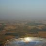 TOUJOURS PLUS LOIN. Solar Impulse 2, l'avion du futur piloté par André Borschberg repart après une escale à Séville, pour migrer vers le Caire. La centrale photovoltaïque qu'il survole pourrait presque passer pour le nid d'où a éclos ce drôle d'oiseau qui ne se nourrit que de soleil…