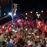 SOBRES REMERCIEMENTS. Le président turc Receyp Tayip Erdogan remercie la foule qui s'est massée devant sa résidence, dans la nuit du 18 au 19 juillet. Des milliers de Turcs étaient descendus dans les rues, à la demande du président menacé par un coup d'Etat déclenché vendredi 15 juillet. De retour au pouvoir, le chef de l'état a commencé une vaste purge au sein de l'armée et de la classe politique, fortement décriée par les diplomaties occidentales.
