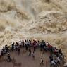 RIVIÈRE EN FURIE. Dans la province du Yunnan, en Chine, des touristes viennent regarder depuis une plateforme d'observation le flot impressionnant de la rivière Jinsha, accentué par les fortes pluies de ces dernières semaines.