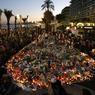 RECUEILLEMENT. La même scène qu'au lendemain du 13 novembre, à Nice cette fois-ci, trois jours après l'attentat. Des milliers de bougies, bouquets, lettres, dessins et peluches déposés sur la Promenade des Anglais, à la mémoire des victimes.