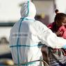BIS-REPETITA. Scène quasi-quotidienne pour ces marins italiens, à Palerme, en Sicile. Une petite fille recueillie en mer est débarquée d'un bâtiment de la Marina Militare. 130 000 migrants et réfugiés sont actuellement hébergés sur le sol italien, et les estimations de l'OIM portent à 3 000 le nombre de migrants qui se seraient noyés dans les eaux méditerranéennes ces six derniers mois.