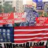 ANTI-AMÉRICAIN. Devant l'ambassade américaine des Philippines, des manifestants brûlent un drapeau américain pour protester contre la venue de John Kerry. Le secrétaire d'Etat américain doit officialiser l'accord EDCA (un accord de défense et de collaboration) entre Washington et Manille. Cet accord inclue une présence des forces militaires américaines sur le sol philippin.