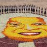 HOMMAGE FLEURI. Des élèves d'une école indienne ont formé ce portrait fait de fleurs pour célébrer le premier anniversaire de la mort d'A. P. J. Kalam, 11ème président de l'Union Indienne de 2002 à 2007. Scientifique de renom, il fut à l'origine du programme nucléaire indien dans les années 1990. Il est également reconnu comme grand amateur de philosophie et humaniste.