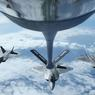 HAUTE VOLTIGE. Quatre Raptor F22 de l'US Air Force ravitaillés en plein vol, pendant l'exercice RIMPAC, au-dessus de Hawaï. RIMPAC est le plus grand exercice militaire naval, rassemblant tous les deux ans 25 000 marins de 27 pays, 45 navires et 200 aéronefs. Les manœuvres durent du 30 juin au 4 aout.