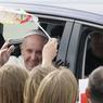 ATTERISSAGE. Le Pape François est arrivé à l'aéroport de Cracovie, en Pologne, pour les Journées Mondiales de la Jeunesse. Les JMJ sont placées cette année sous le signe de la bonté, le souverain pontife appelant à « accueillir tous ceux qui fuient la guerre et la faim », dans une Pologne profondément divisée au sujet des migrants et réfugiés.