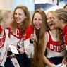 TOUT SOURIRE. L'équipe de natation synchronisée russe, très motivée, avant son départ pour les Jeux Olympiques de Rio, à l'aéroport de Moscou. Après de nombreux rebondissements dans l'affaire du dopage généralisé de la fédération olympique russe, la délégation en rouge et blanc devra finalement compter avec une centaine d'athlètes en moins.