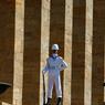 GAR(D)E A VOUS. Un garde d'honneur devant le mausolée Anitkabir, à Ankara. Le président Erdogan a annoncé un vaste remaniement dans l'armée turque, à l'issue d'un Conseil militaire réunit ce jeudi 28 juillet 2016. Depuis le coup d'Etat manqué du 15 juillet, le gouvernement turque plonge vers une dérive autoritaire, avec la fermeture de 45 journaux, 16 chaînes de télévision, 23 stations de radio.