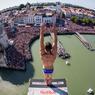 SAUT DE L'ANGE.A vingt-six mètres de hauteur sur la tour Saint-Nicolas, le plongeur tchèque Michal Navratil se prépare à se jeter dans le vide face à la foule immense de spectateurs rassemblés sur les quais de La Rochelle. Un exploit réalisé à l'occasion de la 4e étape de la sixième édition de la Red Bull Cliff Diving, une compétition internationale de plongeon extrême qui rassemble chaque année le gotha de cette spécialité. Dix-neuf athlètes étaient en lice pour le titre, mais c'est le Britannique Gary Hunt qui l'a remporté grâce à des plongeons d'exception pendant les dernières manches. L'Américain Andy Jones a obtenu la deuxième place avec une très belle performance, suivi de Michal Navratil qui complète le podium.