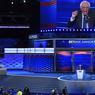 CONVENTION SOUS TENSION. La convention démocrate est ouverte à Philadelphie. Pendant 5 jours, les 5000 délégués du Parti démocrate vont tenter d'établir une ligne commune pour la présidentielle, avec à leur tête, Hillary Clinton. Cependant, les tensions sont vives : le site Wikileaks a révélé plus de 15 000 mails échangés par les délégués, desquels ressort une franche impression de mascarade lors des primaires pour Bernie Sanders, ici à la tribune. Il a cependant tenu sa parole de soutenir Hillary Clinton.