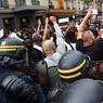 Une partie des manifestants appelle au calme face aux forces de l'ordre qui bloquent l'avancée du cortège.