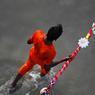 SUR LES EAUX : Un croyant vient remplir ses bouteilles d'eau du Gange, à Allahabad, Inde. Pour les hindous, le Gange est le fleuve le plus sacré du pays, long de 4 000 km. Posséder de l'eau du Gange chez soi est censé protéger la maison et la famille qui y habite.