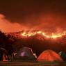 NUIT PAISIBLE : Des campeurs se sont installés face aux collines en flammes, en Californie. Depuis plusieurs semaines, toute la région est touchée par des incendies à répétition, mobilisant l'intégralité des effectifs de pompiers. A ce jour, plus de 400km² sont partis en fumée.