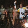 TOUT FEU TOUT FLAMME : La flamme Olympique arrivera bientôt à Rio, en dépit d'une fin de parcours plutôt mouvementée : de nombreuses manifestations ont eu lieu sur son passage. Les manifestants, certains essayant par exemple d'éteindre le symbole olympique à l'aide d'extincteurs, protestent contre le coût très élevé de l'évènement, 12 milliards de dollars environ, alors que le pays est en récession depuis deux ans.