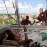 SUPER HEROS : Les enfants malades du Kingston General Hospital, en Ontario, ont eu la visite peu banale de leurs héros préférés. Les laveurs de vitres déguisés ont rendu pour un moment le sourire à ces enfants hospitalisés.