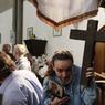 Certains sauvent icônes et crucifix.