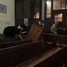 Les fidèles se sont ensuite barricadés afin de resister à l'évacuation.