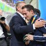 TRISTE CHAMPION. Renaud Lavillenie, l'un des meilleurs espoirs de médaille française, est réconforté par le président du CIO Thomas Bach, après sa médaille d'argent au saut à la perche et les sifflets du public brésilien. Détenteur du record du monde, il a pourtant échoué à battre son adversaire brésilien au terme d'une finale compliquée.
