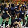 ET ON CONTINUE. L'équipe de France de Handball féminin après sa victoire contre l'Espagne (27 à 26) en quart de finale. Dominées tout au long du match, les Bleues n'ont rien lâché, remportant au terme des prolongations une qualification en demi-finale, face au Canada, à suivre mercredi 17 à 14h40.