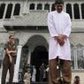 PUNITION. Un homme se fait flageller, dans la province d'Aceh, en Indonésie. Dans cette région, où la charia est appliquée, les hommes coupables de pêchés tels que l'adultère, l'alcool où les jeux d'argent sont punis de neuf à dix-neuf coups de bâtons, dispensés par un fonctionnaire.
