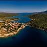 La cité médiévale d'Osor a connu son heure de gloire dans l'Antiquité. À cheval sur l'île de Cres et de Losinj, ce petit village est séparé par un étroit canal navigable creusé à l'époque romaine.