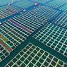 PÊCHE AU CARRÉ.Forts d'une tradition qui remonte à plus de 2500 ans, les Chinois voient grand dès qu'il s'agit d'aquaculture. A elle seule, cette ferme géante de la jolie cité côtière de Yantai, à l'est du pays, entre Shanghaï et Pékin, produit en effet chaque année près de 700.000tonnes d'à peu près tout ce qui vit dans la mer et qui peut se vendre: des limandes, des turbots et des thons, mais aussi toutes les espèces de crustacés, de coquillages, de mollusques et d'algues dont les consommateurs chinois raffolent. Ils sont élevés ici dans des filets carrés retenus par des pontons flottants et l'on peut presque reconnaître à l'œil nu, grâce à leur couleur, les bassins qui contiennent des laminaires, des huîtres, ou des poissons.
