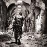 VISA D'OR.Dévastés par les bombes, les couloirs du souk d'Alep, en Syrie, ne sont plus parcourus que par des combattants soucieux de ne pas être abattus par un sniper. D'après Stanley Greene, le photographe américain qui a pris ce cliché en 2013, « même les rats n'y viennent pas. Tout n'y est que poussière et gravats. » Et c'est pour ce genre de reportage que Le Figaro Magazine vient de lui décerner un visa d'or d'honneur pour l'ensemble de sa carrière, au Festival du photojournalisme à Perpignan. Né en 1949 à New York et installé à Paris depuis 1986, Stanley Greene est l'essence même du photographe de guerre : rescapé d'un attentat contre Eltsine en 1993, il a tout couvert, depuis la chute du mur de Berlin jusqu'à la Tchétchénie en passant par le Darfour, le Rwanda et le Liban.