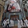 RETOUR SUR TERRE.Cette photo a été prise à Calcutta, le 3 septembre, veille de la cérémonie de canonisation de Mère Teresa, devant le siège de la congrégation qu'elle avait fondée en 1950 dans cette mégalopole indienne. Dix-neuf ans après sa mort, les Missionnaires de la Charité comptent aujourd'hui huit branches (dont trois pour les frères, une pour les laïcs et une pour les bénévoles) qui perpétuent l'œuvre de la sainte albanaise en s'efforçant de soulager la misère des plus démunis dans des mouroirs, léproseries, orphelinats, asiles ou foyers, répartis dans 132 pays. La France abrite trois de ces foyers   à Paris, Lyon et Marseille   où une petite vingtaine de religieuses se consacrent à l'accueil des SDF et des mères isolées.